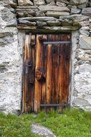 rustikale Holztür auf einer Almhütte