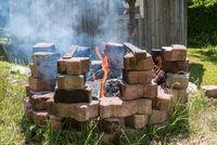 Lagerfeuer fürs Grillen im Freien - BBQ