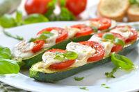 Zucchini gefüllt mit Tomaten und Mozzarella