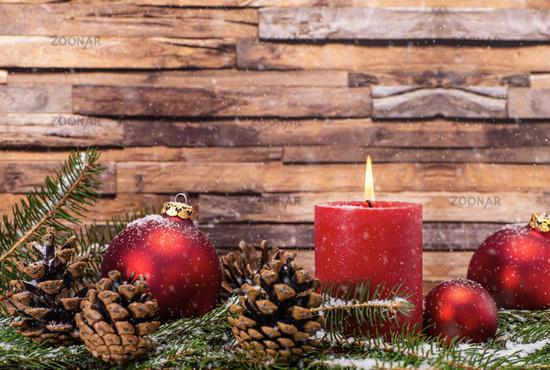 Weihnachtsdekoration mit Kerze und Schnee