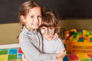 Mädchen umarmt fürsorglich ihre Freundin