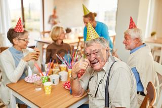 Senioren feiern zusammen Geburtstag