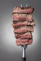 Scheiben von einem Steak auf einer Fleischgabel