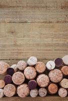 Verschiedene Weinkorken auf rustikalem Hintergrund