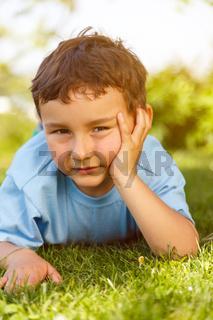 Kind kleiner Junge nachdenken denken schauen draußen Hochformat