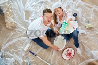 Paar mit einer Auswahl von Wandfarbe