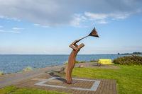 Strandpromenade mit Skulptur Mann im Sturm in Heiligenhafen