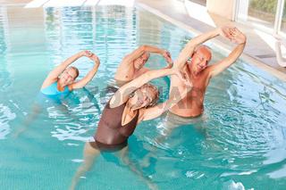 Gruppe Senioren im Kurs für Aquafitness