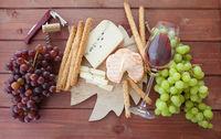Kaeseplatte mit bunten Weintrauben
