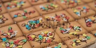 Kinderkuchen mit bunten Buchstaben und Schokosauce - Nahaufnahme