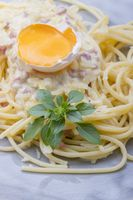 Spaghetti Carbonara auf einem grauen Teller