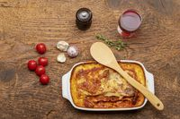 Aufsicht über eine hausgemachte Lasagne auf Holz
