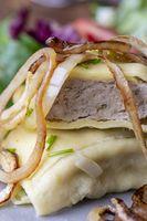 schwäbische Maultasche mit Zwiebeln auf einem Teller