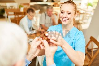 Pflegekraft Frau hat Spaß mit dem Holzpuzzle
