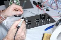 Lötarbeiten an Elektronikbauteilen