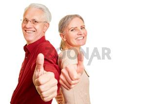 Senioren Paar hält Daumen hoch als Zustimmung
