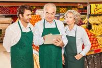 Marktleiter und Verkäufer Team mit Tablet PC