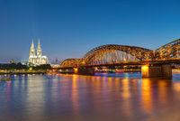 Der berühmte Kölner Dom und die Hohenzollernbrücke