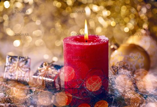 Rote Kerze mit Weihnachtsdekoration