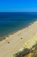 Fast leerer Sandstrand an der Algarve-Küste bei Praia da Luz