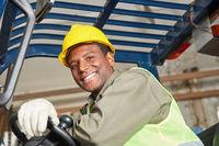 Gabelstaplerfahrer arbeitet im Warenlager