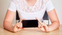 Hände halten Smartphone für Mockup