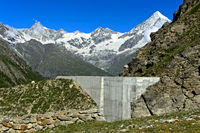 Schutzmauer gegen Schlammlawinen und Geröll oberhalb der Täschalp, Wallis, Schweiz