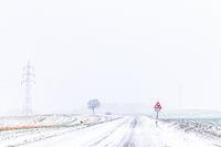 winterliche Straßenverhältnisse im Harz Landstraße