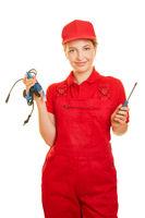 Frau macht Ausbildung als Elektriker