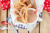 Leckere Churros mit Zimt und Zucker