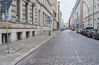 Gepflasterte leere Straße in Stadt