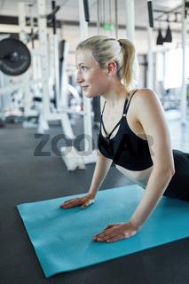 Junge Frau beim Pilates oder im Yoga Kurs