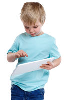 Kind kleiner Junge tippt zeigt auf Tablet Computer Internet
