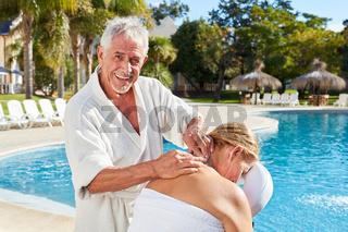 Senior gibt Frau eine Nacken Massage