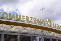 Flugzeug über dem Dach der Commerzbank Arena Frankfurt