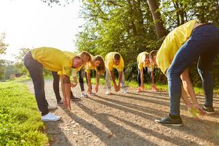 Junge Leute machen eine Teambuilding Übung