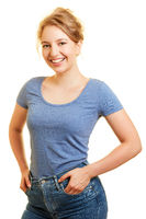 Lächelnde junge blonde Frau