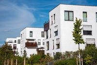 Neubaugebiet mit weissen Mehrfamilienhäusern