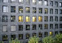Fenster eines Bürogebäudes