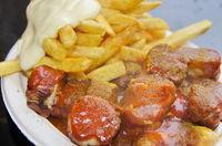 Makro von Currywurst und Pommes und Mayo