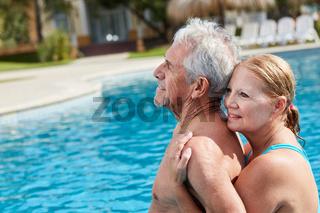Verliebtes Senioren Paar am Pool