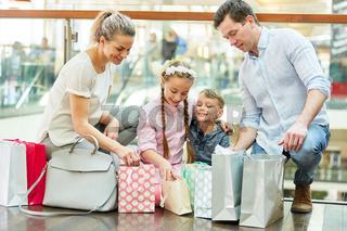 Familie und Kinder im Einkaufszentrum