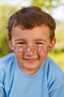 Kind kleiner Junge Portrait Gesicht lachen Hochformat draußen Frühling