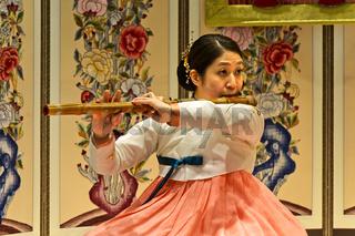 Frau musiziert auf der traditionellen Daegeum Querflöte aus Bambus, Seoul, Südkorea