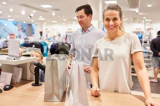 Paar an einer Kasse im Einkaufszentrum