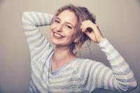 Lachende junge Frau mit blonden Haaren
