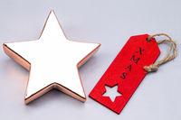 Glänzender Stern mit rotem Etikett