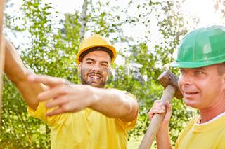 Zwei Bauarbeiter arbeiten in Teamwork