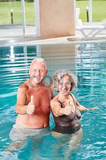 Vitales Senioren Paar im Swimmingpool