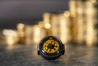 Kompass vor Stapeln mit Münzen